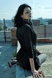 Jeune femme sur le toit Images libres de droits