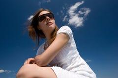 Jeune femme sur le toit Image libre de droits