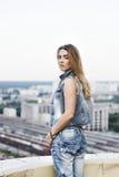 Jeune femme sur le toit Photo stock