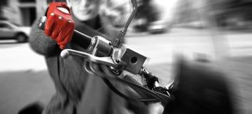 Jeune femme sur le vélo, mouvement brouillé Photos stock