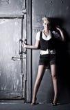 Jeune femme sur le vieux fond de porte photo stock