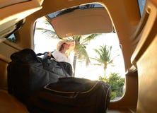 Jeune femme sur le voyage par la route et palmier dans le backgroun Photographie stock libre de droits