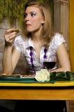 Jeune femme sur le wagon-restaurant Photographie stock libre de droits