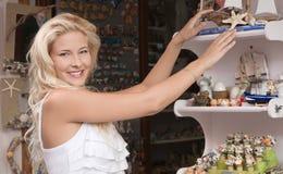Jeune femme sur les souvenirs de achat de vacances d'emploi d'été. Image stock