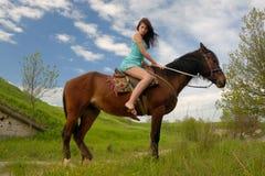 Jeune femme sur un cheval Photos stock