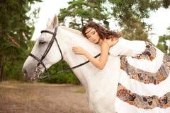 Jeune femme sur un cheval Cavalier de horseback, cheval d'équitation de femme photographie stock