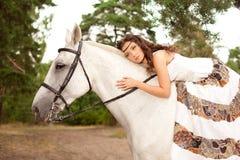 Jeune femme sur un cheval Cavalier de horseback, cheval d'équitation de femme image libre de droits