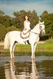 Jeune femme sur un cheval Cavalier de horseback, cheval d'équitation de femme sur b image stock