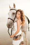 Jeune femme sur un cheval Cavalier de horseback, cheval d'équitation de femme sur b photo libre de droits