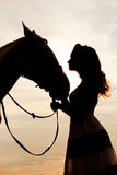 Jeune femme sur un cheval Cavalier de horseback, cheval d'équitation de femme sur b Photos stock