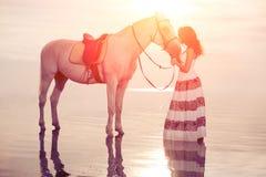 Jeune femme sur un cheval Cavalier de horseback, cheval d'équitation de femme sur b photos libres de droits
