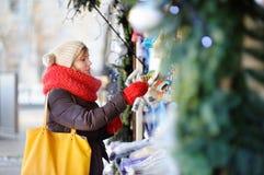 Jeune femme sur un marché de Noël image libre de droits