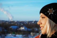 Jeune femme sur un toit d'un gratte-ciel Photo libre de droits