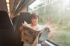 Jeune femme sur un train image libre de droits