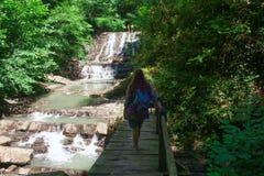 Jeune femme sur un waterfallwith photos stock