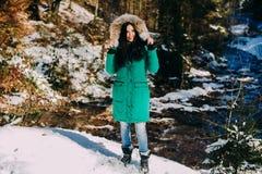 jeune femme sur une hausse dans une forêt d'hiver Photographie stock