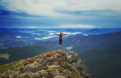 Jeune femme sur une pierre avec les mains augmentées Image libre de droits