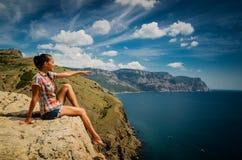 Jeune femme sur une roche Image libre de droits