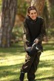 Jeune femme étant prête pour le paintball Image libre de droits