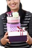 Jeune femme tenant des boîte-cadeau images stock