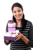 Jeune femme tenant des boîtes photo libre de droits