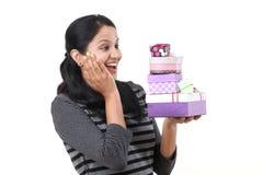 Jeune femme tenant des boîtes contre le blanc images libres de droits