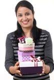 Jeune femme tenant des boîtes contre le blanc photo stock