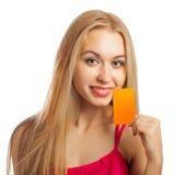 Jeune femme tenant des cartes cadeaux Photo stock
