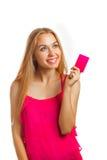 Jeune femme tenant des cartes cadeaux Image stock