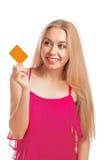 Jeune femme tenant des cartes cadeaux Photographie stock libre de droits