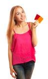 Jeune femme tenant des cartes cadeaux Image libre de droits