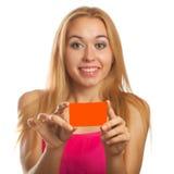 Jeune femme tenant des cartes cadeaux Photographie stock