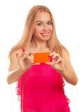 Jeune femme tenant des cartes cadeaux Images stock