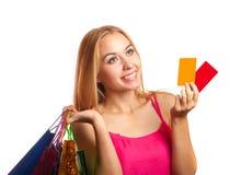 Jeune femme tenant des cartes cadeaux et des paniers Images stock