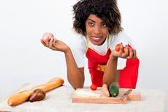 Jeune femme tenant des légumes dans des ses mains Photographie stock