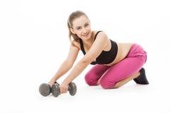 Jeune femme tenant des poids image stock