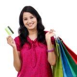Jeune femme tenant des sacs à provisions image stock