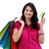 Jeune femme tenant des sacs à provisions photographie stock libre de droits