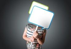 Jeune femme tenant la bulle de la parole Images libres de droits