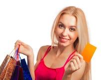 jeune femme tenant la carte cadeaux Photos stock