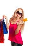 jeune femme tenant la carte cadeaux Images stock