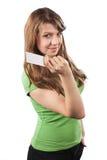 Jeune femme tenant la carte de visite professionnelle de visite Images libres de droits