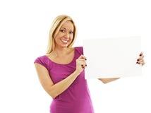Jeune femme tenant la carte vierge Images stock