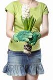 Jeune femme tenant la fleur blanche de jacinthe Images libres de droits