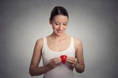 Jeune femme tenant la goutte du sang rouge Photo stock