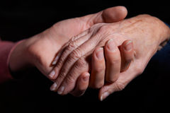 Jeune femme tenant la main de femme plus âgée image libre de droits
