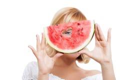 Jeune femme tenant la pastèque Image stock