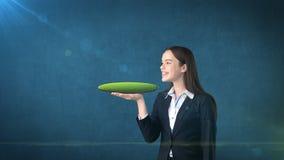 Jeune femme tenant la terre 3D sur la paume ouverte de main avec le copyspace vide, fond d'isolement de studio Concept d'affaires Photos stock