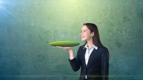 Jeune femme tenant la terre 3D sur la paume ouverte de main avec le copyspace vide, fond d'isolement de studio Concept d'affaires Image stock