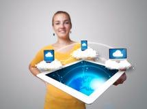 Jeune femme tenant le comprimé avec les dispositifs modernes image libre de droits